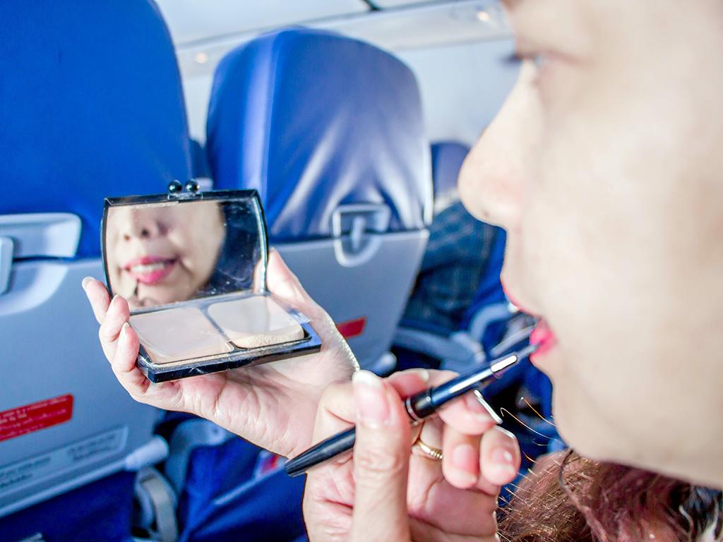 Maquillaje en el avión - consejos de belleza para viajar