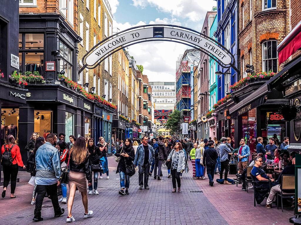 De compras por Carnaby Street, Londres