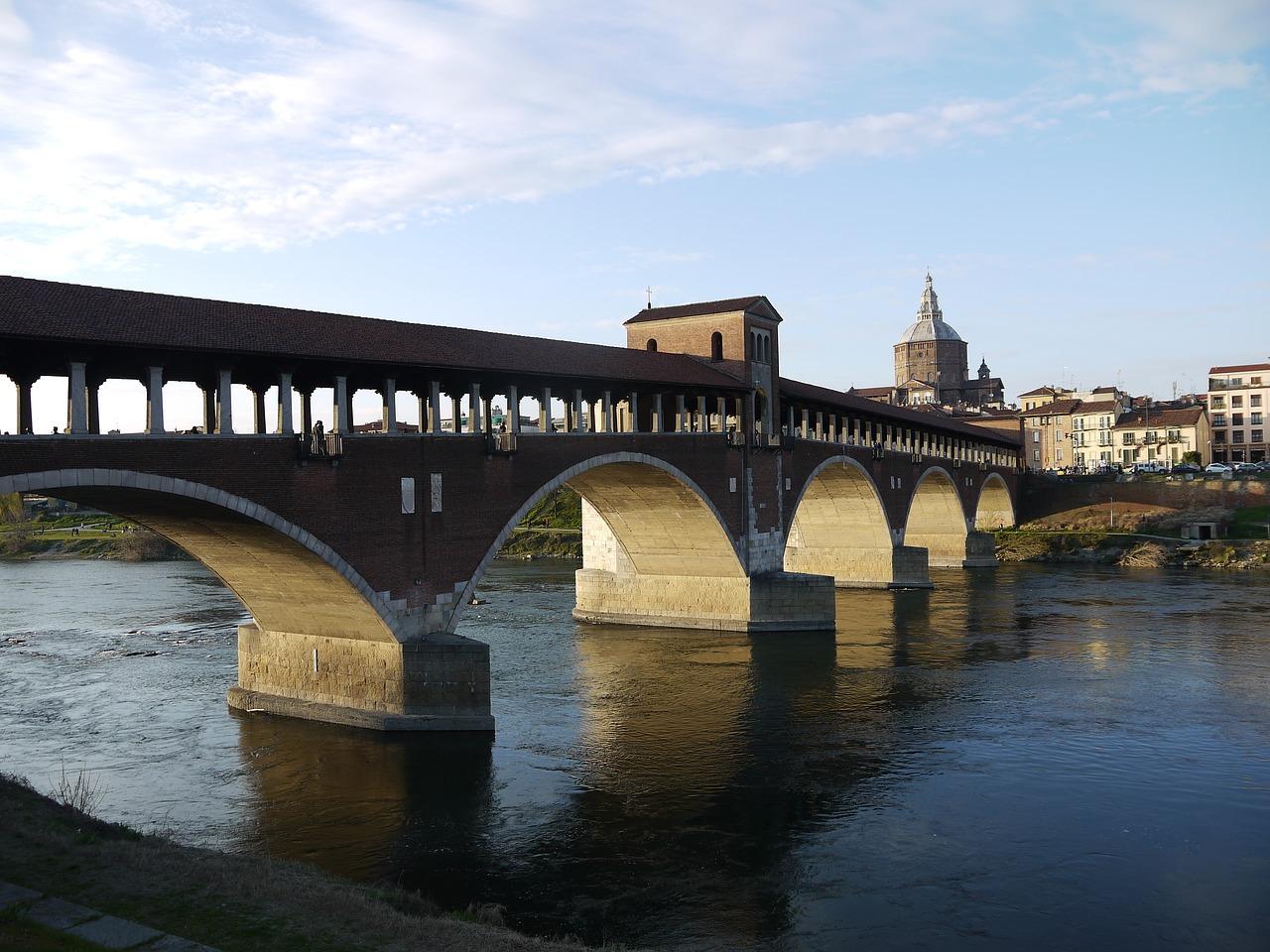 Vistas del puente sobre el río Ticino en Pavía