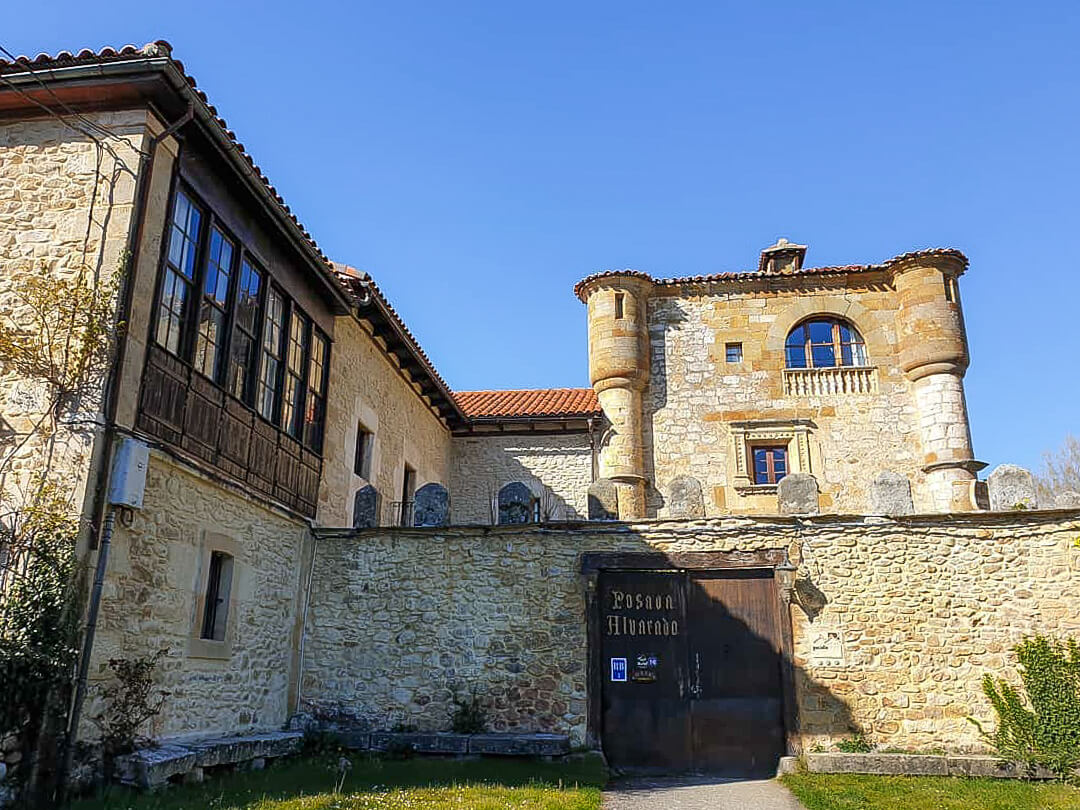 Torre-Palacio de los Alvarado en El Ribero, dormir en un castillo